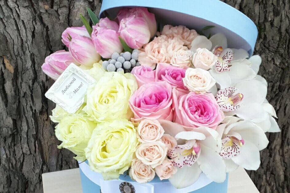 голубая коробка с цветами