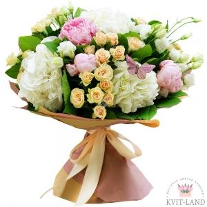 пионы в букете с гортензией и розой