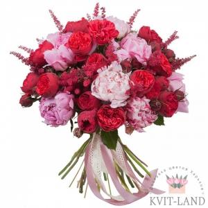 пионовидная роза и пионы в букете