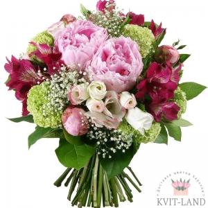 розовый пион в цветочной композиции