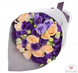 кремовая роза и эустома в букете