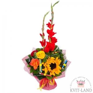гладиолус с цветами и декором в букете