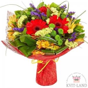 букет цветов в красной упаковке