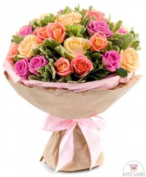 разноцветная роза в букете
