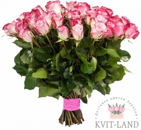бело-розовая роза в букете