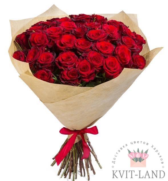 красная роза в букете