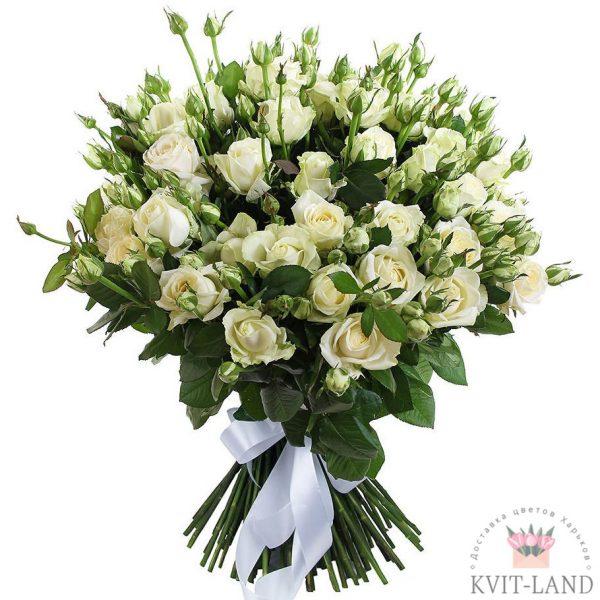 белая кустовая роза в букете