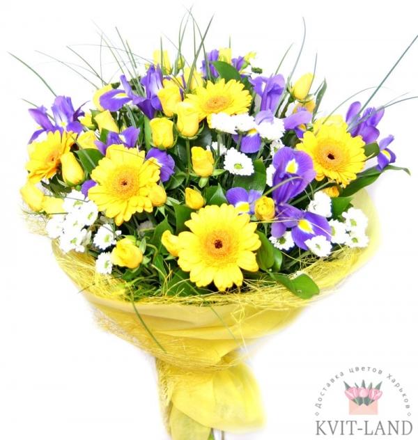 в желтой упаковке букет цветов