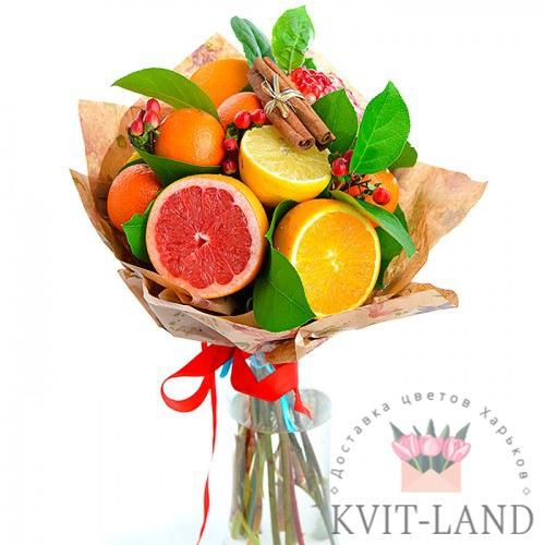 фрукты с зеленью в букете