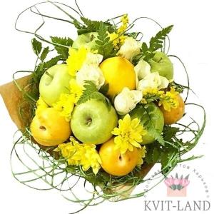 фрукты с цветами и зеленью в букете