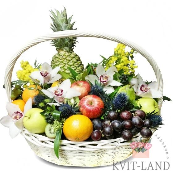 фрукты с орхидеей в большой корзине