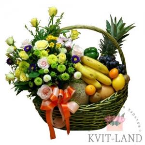цветы и фрукты в большой корзине
