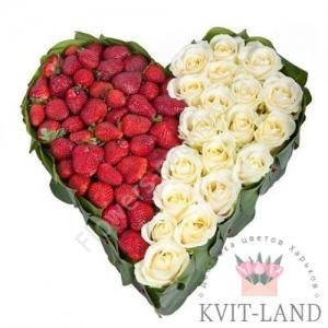 цветы с клубникой в каркасе сердце