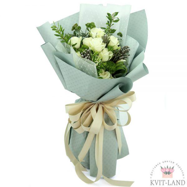белая роза и зелень в букете