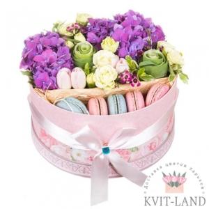 цветы и макаруны в круглой коробке