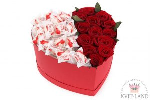роза с рафаэлло в коробке сердце