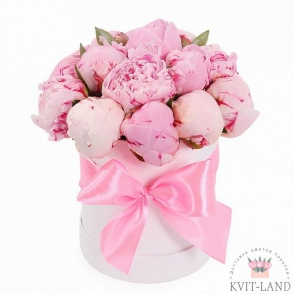 круглая коробка с розовыми пионами