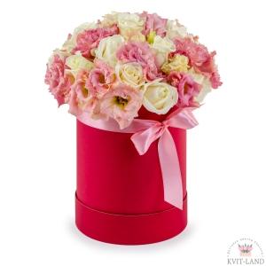 в круглой коробке букет цветов