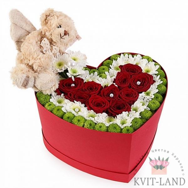 цветы с игрушкой в коробке сердце