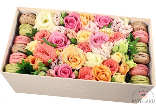 цветы и макаруны в упаковке