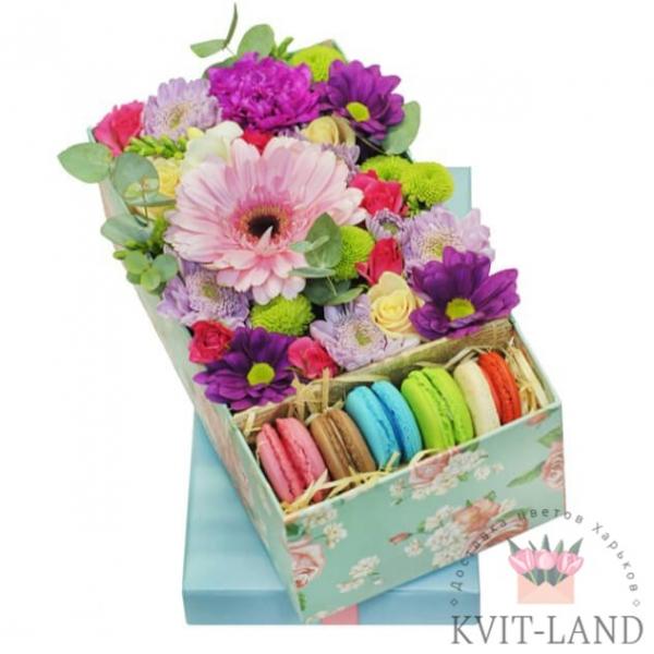 коробка с макарунами и цветами