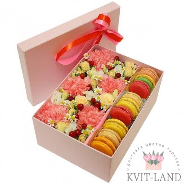 макаруны и цветы в коробке
