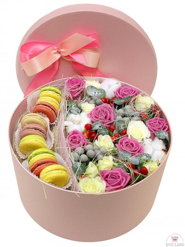 макаруны и цветы в шляпной коробке