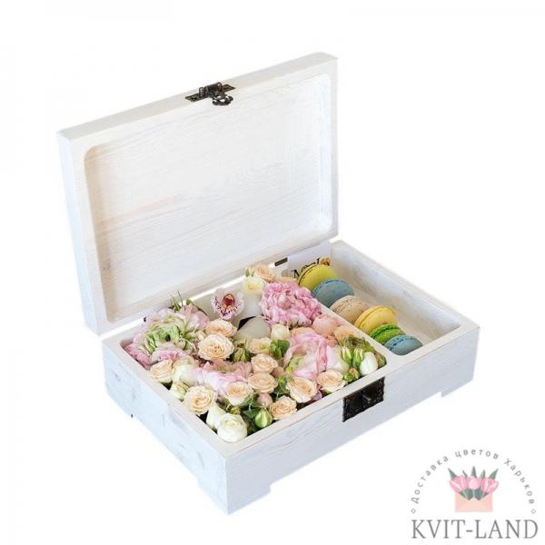 роза и макаруны в ящике упаковке