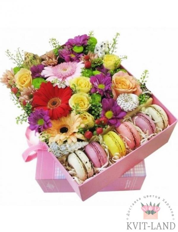 макаруны в коробке с цветами