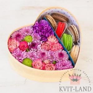 сердце с макарунами и цветами