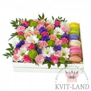 цветы и макаруны в ящике