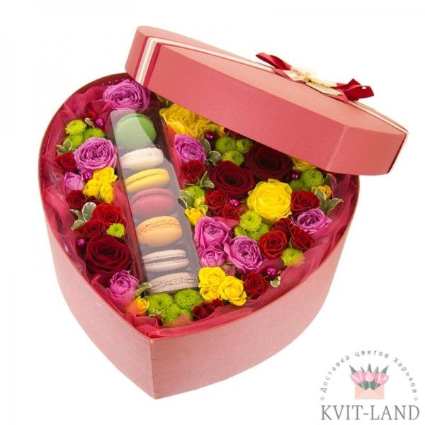макаруны с цветами в упаковке