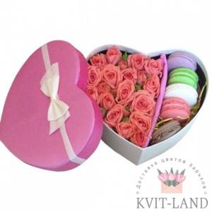 розы и макаруны в коробке сердце