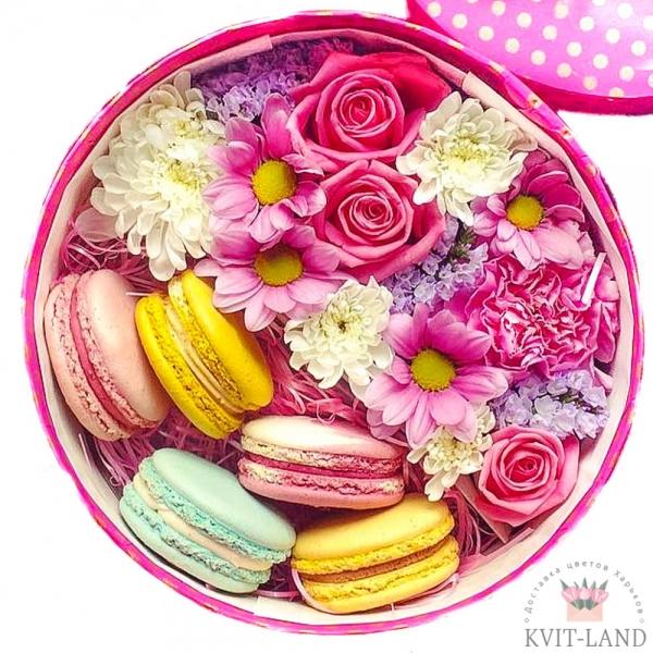макаруны с цветами в коробке