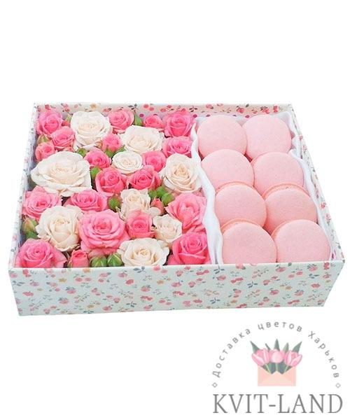 коробка с макарунами и розой