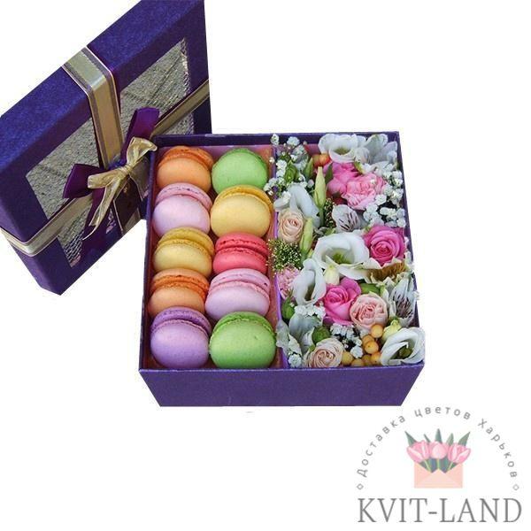 коробка цветов с макарунами