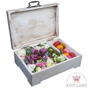 красивый ящик с макарунами и цветами
