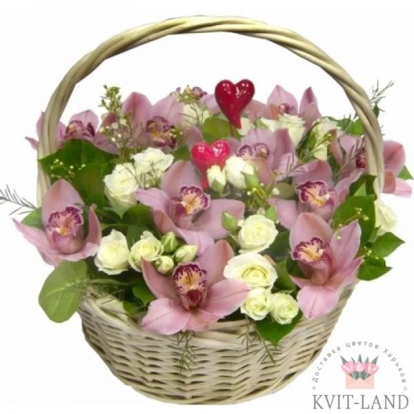 орхидея с розой в корзине