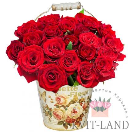 кашпо с красной розой