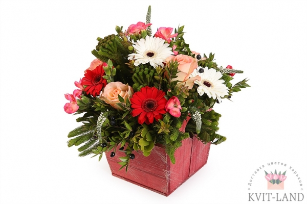 деревянное кашпо с букетом цветов