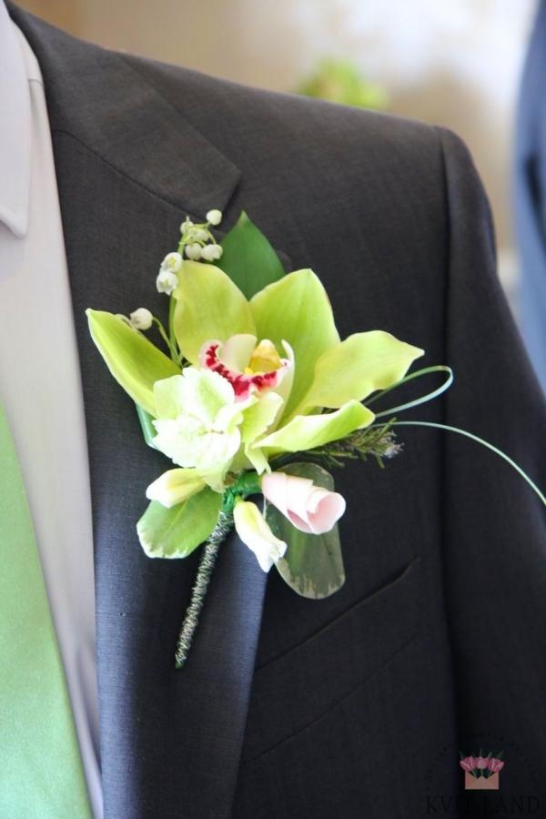 зеленая орхидея в бутоньерке