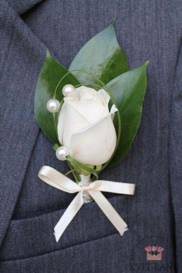 белая роза в бутоньерке