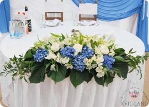 композиция из цветов на столе невесты