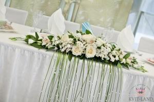 композиция из цветов на банкетном столе