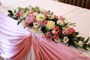 цветочная композиция на банкетном столе