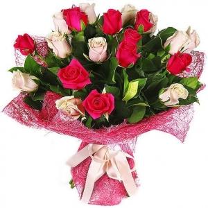 букет красной и кремовой розы
