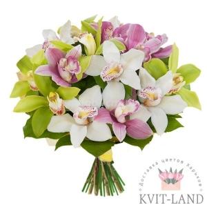разные орхидеи в букете