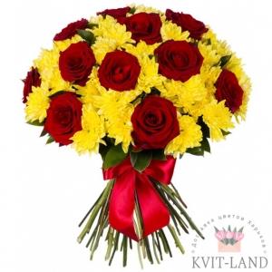 хризантема и роза в букете
