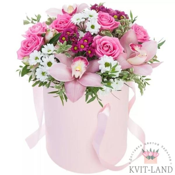 розовая коробка с цветами