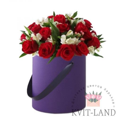в шляпной коробке букет роз